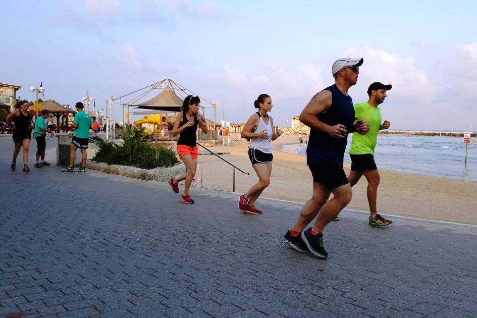Běh patří k oblíbeným šábesovým aktivitám. Nejlepší je sportovat brzy ráno, než začne být horko
