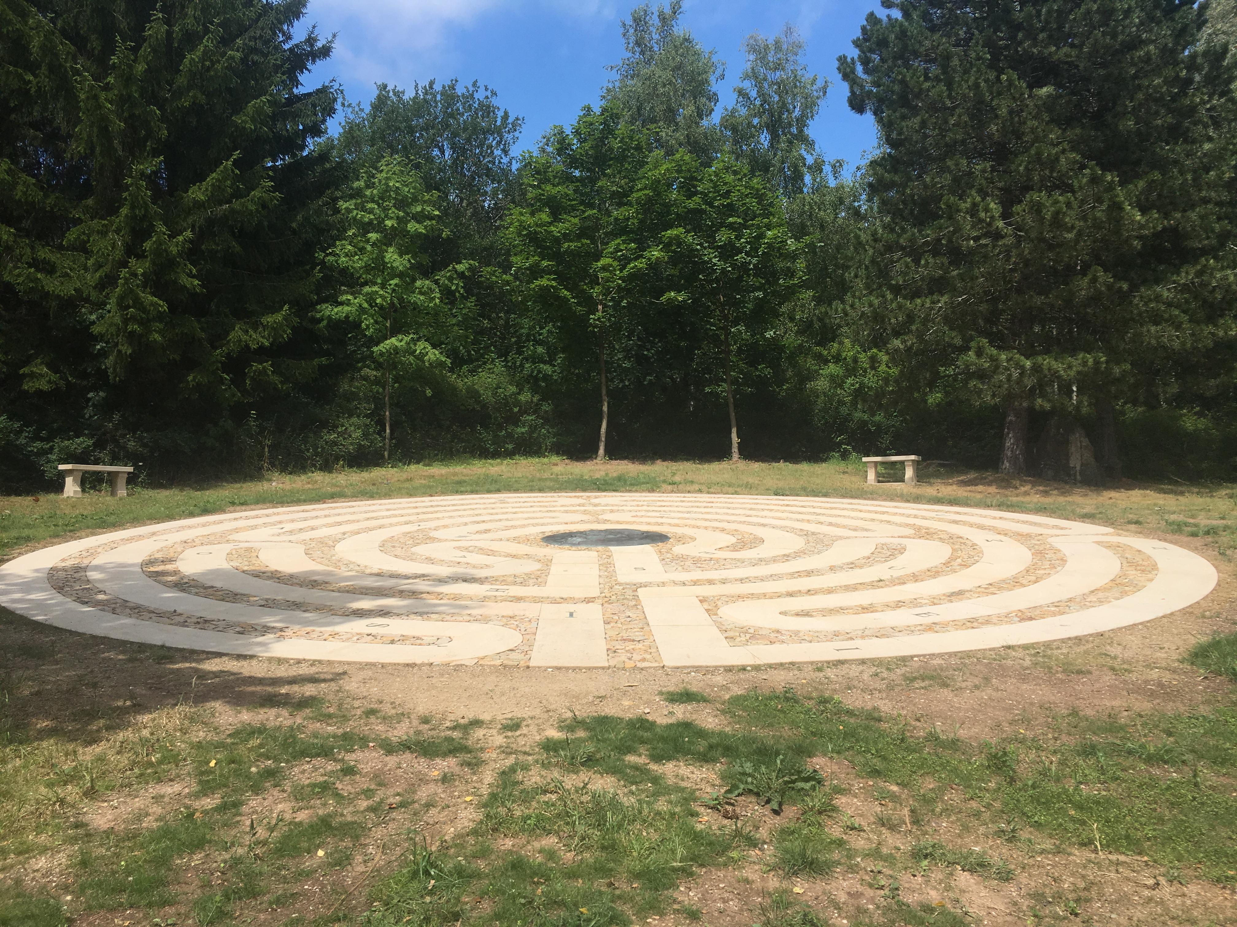 Za posledním hřebenem Krkonoš u Žacléře na polské hranici leží vzemi kamenný labyrint a kolem něj cesta, kterou odcházel do exilu Jan Ámos Komenský
