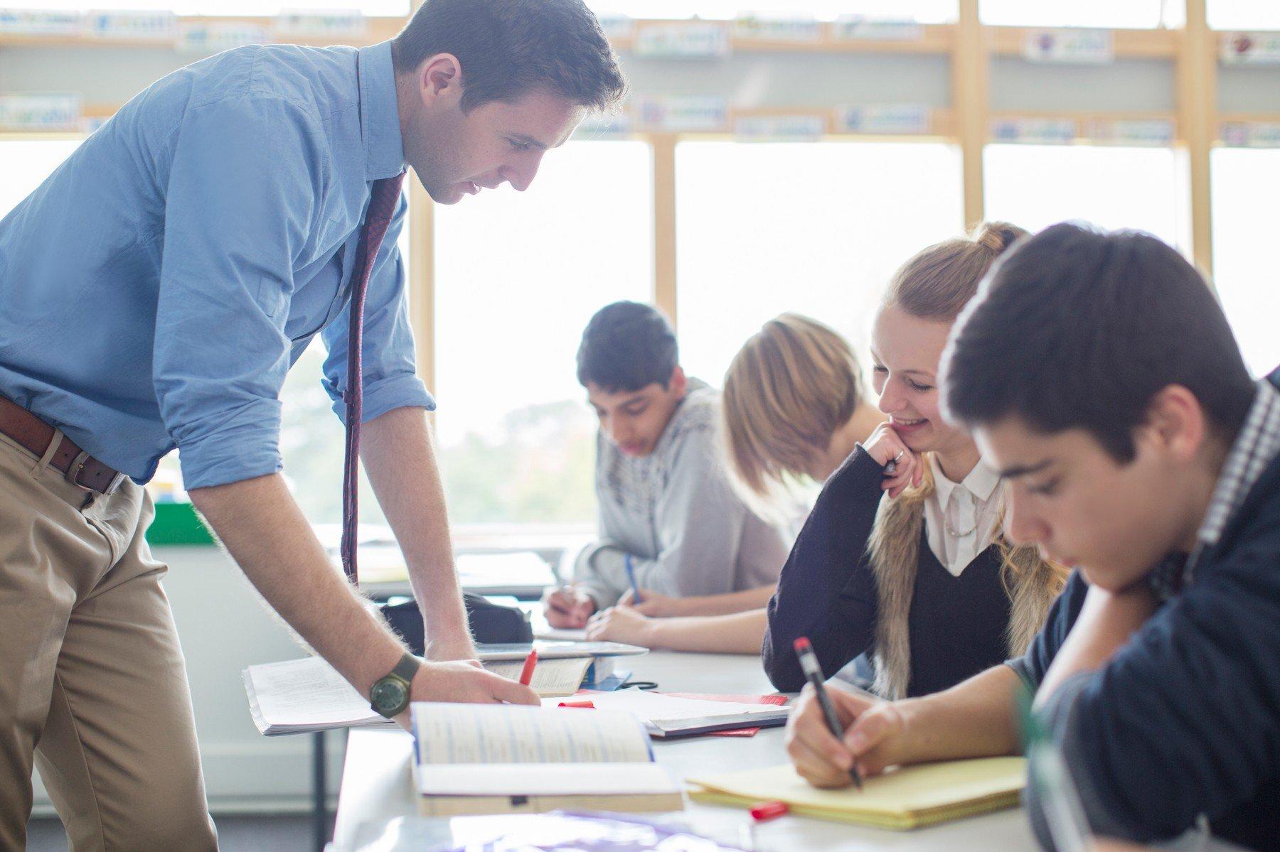 Učitel a žáci ve třídě (ilustrační foto)