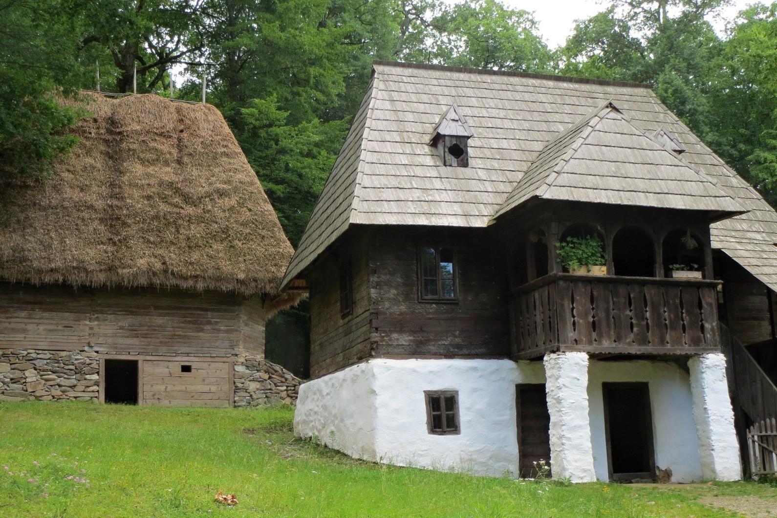 Rozlehlý areál nedaleko rumunského města Sibiu je rozdělený na několik tematických celků. Ukazuje, jak se historické domy lišily v jednotlivých částech Rumunska.