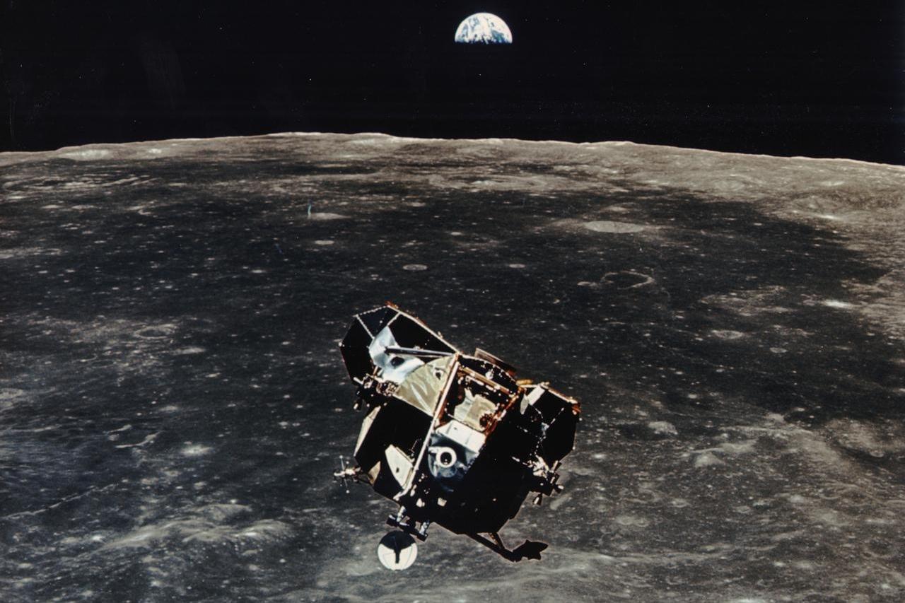 Lunární modul mise Apollo 11 nad povrchem Měsíce