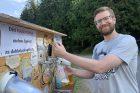 Turista Ondřej si čepuje pivo z pivní budky