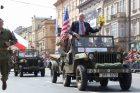 Vnuk velitele amerických jednotek, které osvobodily Plzeň, George Patton Waters, potvrzuje vzpomínky amerických velitelů, kteří popisují, jak obyvatelé Plzeňska na americké tanky házeli čerstvě upečený chléb