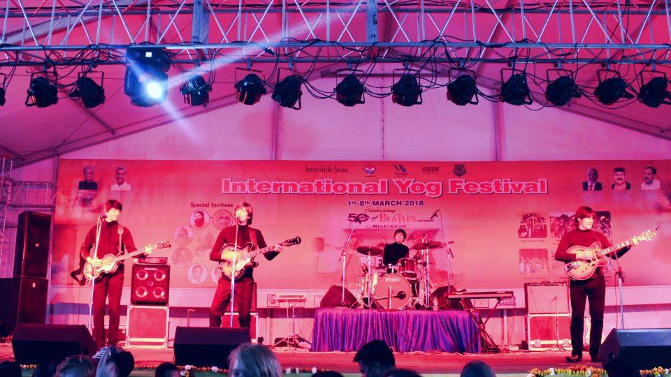 Revivalová imitátorská kapela The Fab Four přijela do Rišikeše přímo z Liverpoolu