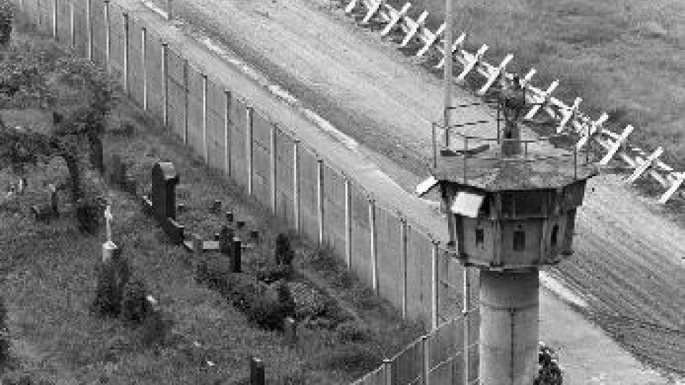Berlínská zeď a hroby některých jejích obětí na západní straně