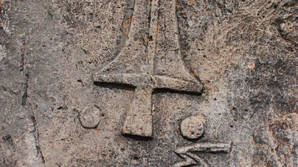 Symboly na menhiru