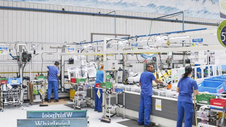 Pojem průmysl 4.0 označuje mimo jiné továrny, které jsou z velké části řízené na základě dat ze senzorů a někdy i pomocí umělé inteligence. Bez lidské práce by ale ani moderní továrna fungovat nemohla