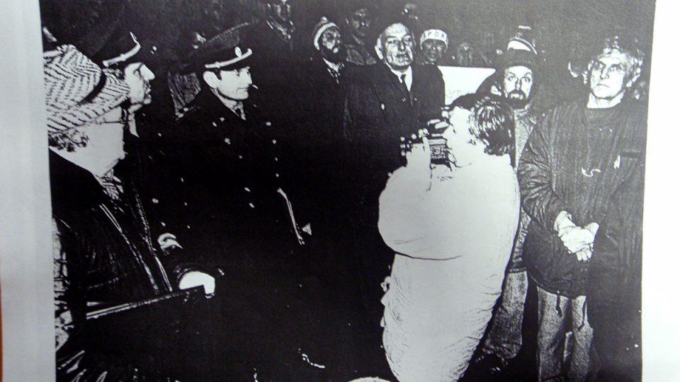 Před kasárnami v Turnově při demonstraci 29. 1. 1990