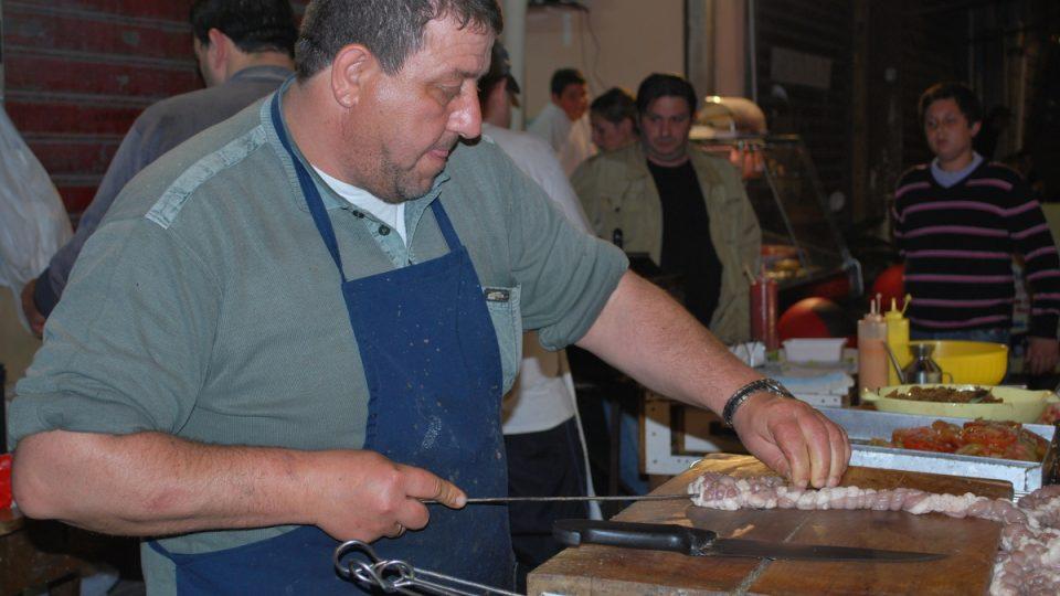 Stigghiola je typická sicilská klobáska z ovčích vnitřností připravená na roštu