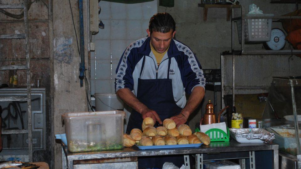 Podmínky, v nichž se jídlo připravuje, nikoho netrápí. Kupující ani prodávající