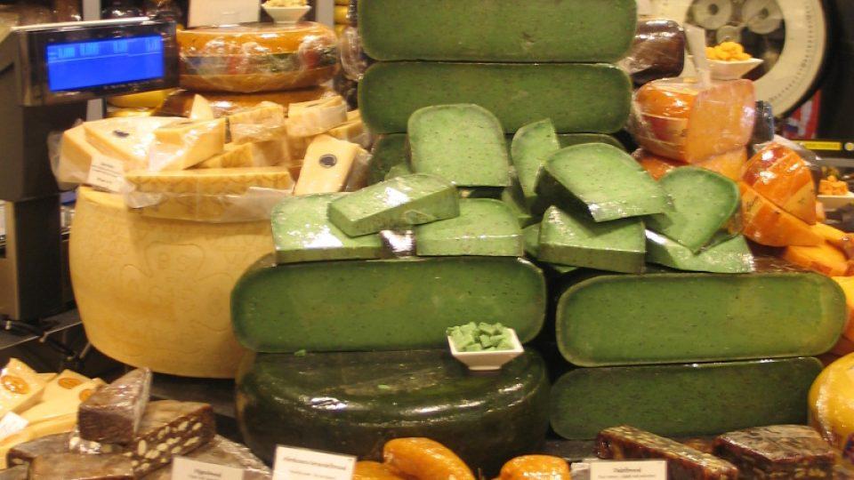 Gouda zdaleka nemusí být jen žlutá nebo oranžová. Třeba zelenou barvu dodává sýru bazalka
