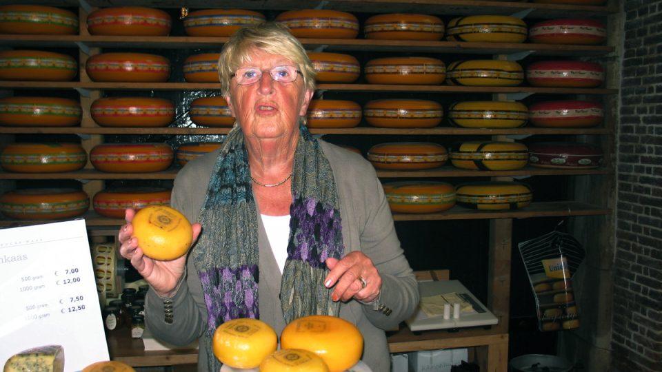 Riet de Jong pracuje na sýrovém trhu v Goudě už 13 let