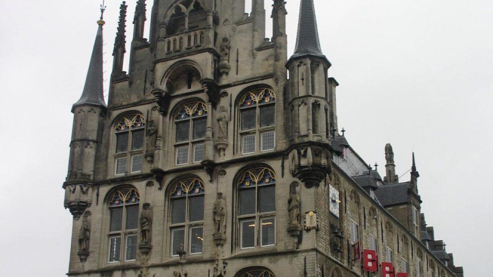 Budova radnice je dominantou náměstí Markt v nizozemské Goudě