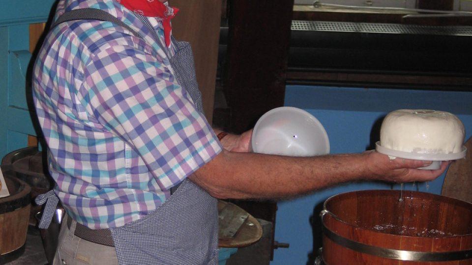 Na kilo sýra se podle Jana van Velzena spotřebuje 10 litrů plnotučného kravského mléka