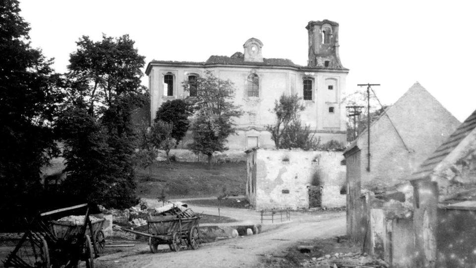 Pohled na střed vypálených Lidic s kostelem sv. Martina 11. června 1942 (unikátní snímek pořízený tajně českým četníkem Josefem Sýkorou)