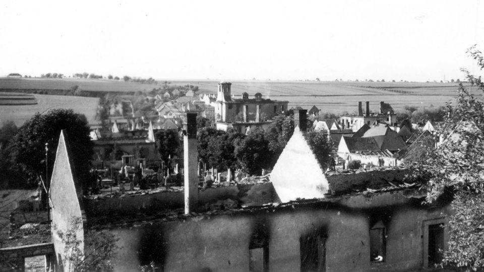 Pohled 11. června 1942 na střed Lidic od jihozápadu (další unikátní snímek pořízený tajně českým četníkem Josefem Sýkorou)