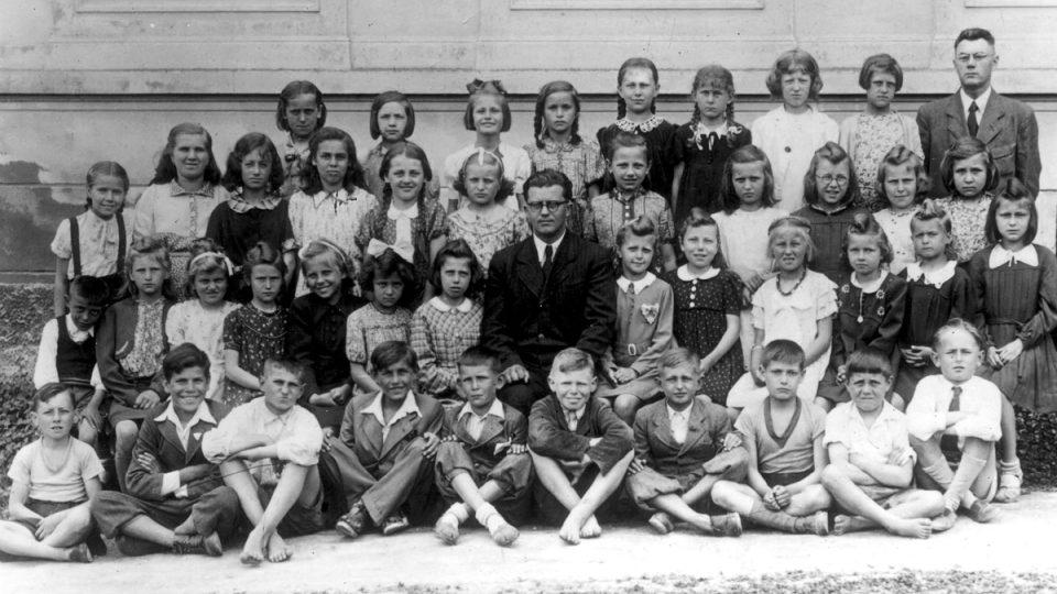 Ze 105 lidických dětí nacisté 88 zavraždili (snímek dětí II. třídy lidické školy z 2. června 1942)
