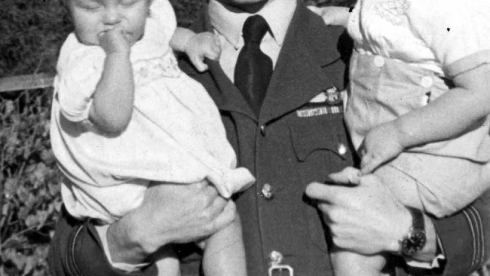 Major letectva Josef Horák se syny Václavem a Josefem (v roce 1945)