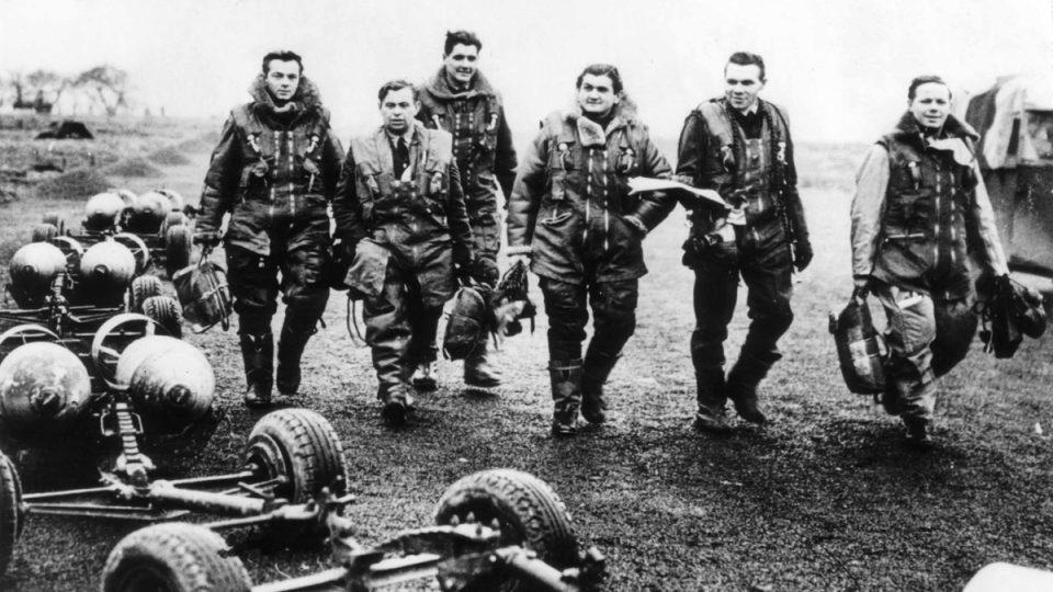 Josef Horák (zcela vlevo) jako příslušník jedné z osádek 311. bombardovací perutě RAF ve Velké Británii