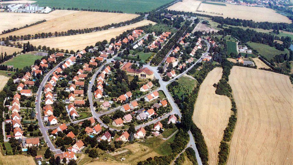 Letecký pohled na nové Lidice v roce 2002 – památník a území původní obce je vpravo nahoře