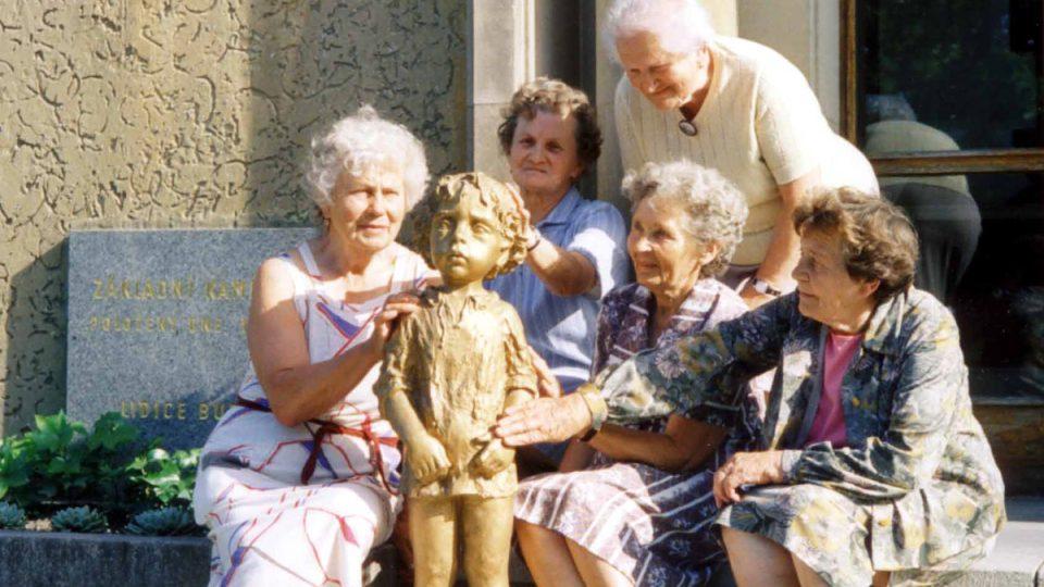 Lidické matky s jednou ze soch pomníku zavražděným dětem (1998)