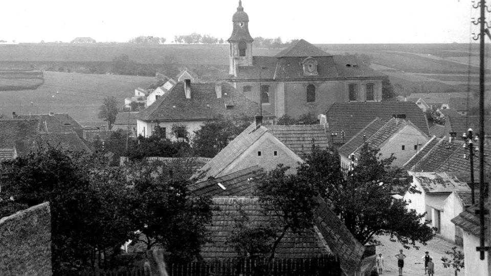 Celkový pohled na Lidice ve středních Čechách