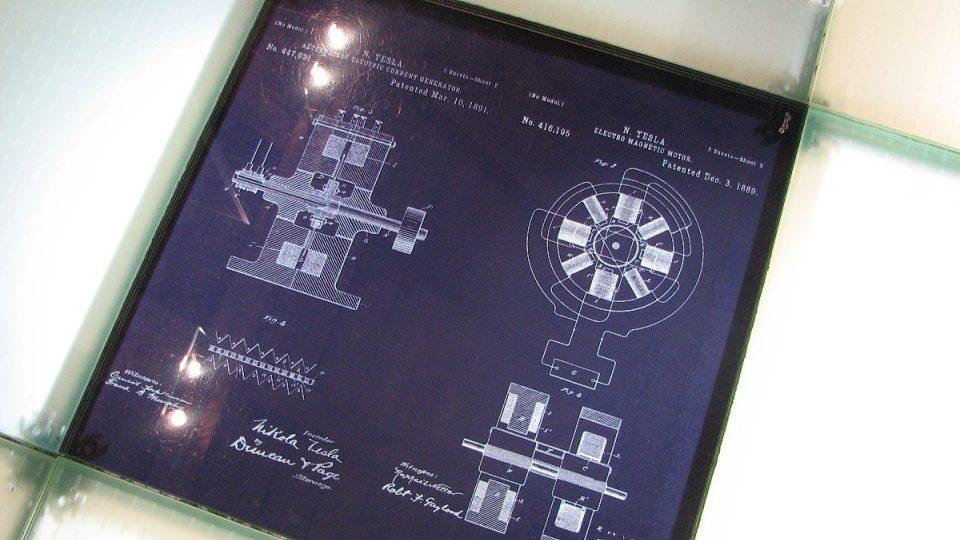 Nákresy na podlaze přibližují princip Teslových vynálezů