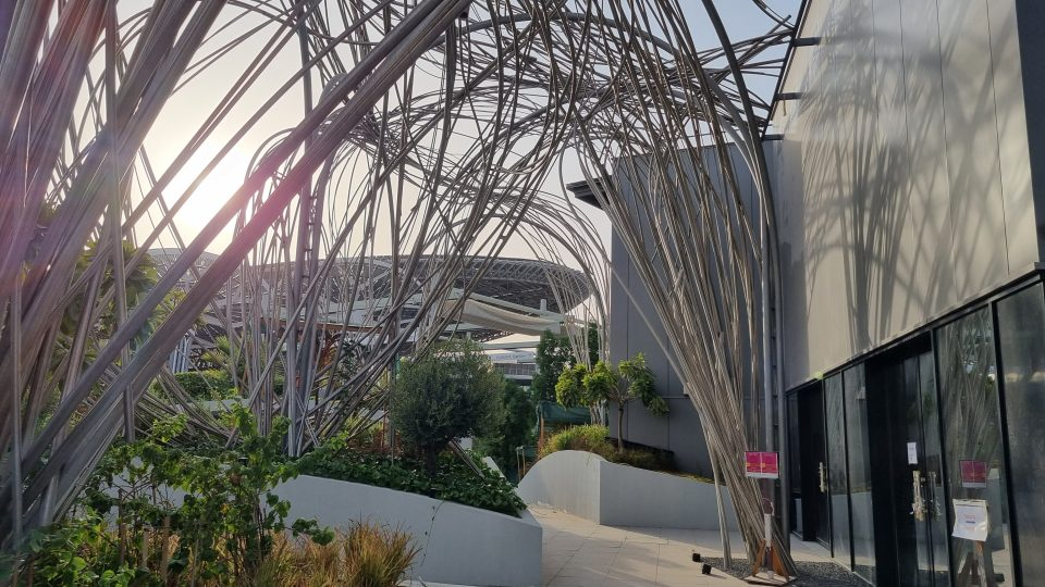 Nosnou myšlenkou pavilonu je systém Sawer, který dokáže z pouštního vzduchu vytvořit vodu. A voda pak protéká fontánou