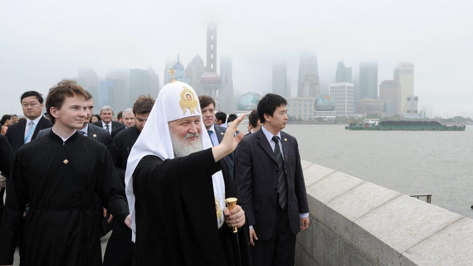 Ruský patriarcha Kirill na nábřeží v Šanghaji