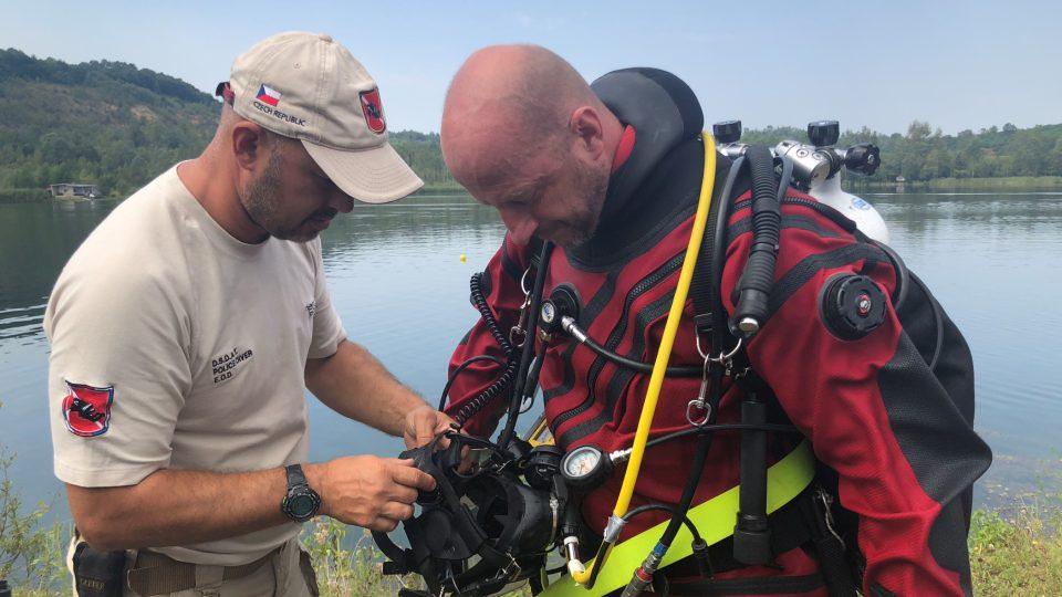 Čeští policejní potápěči společně s pyrotechniky pomáhají odminovat řeky a jezera v Bosně a Hercegovině