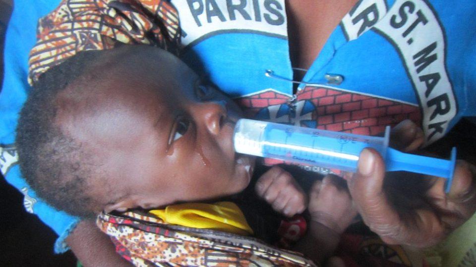Humanitární mise v Malawi - Krmení podvyživeného miminka ze stříkačky