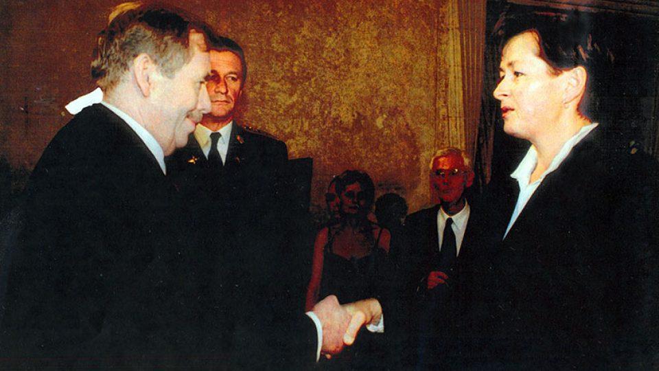 Dcera Elżbieta přebírá řád od prezidenta Havla