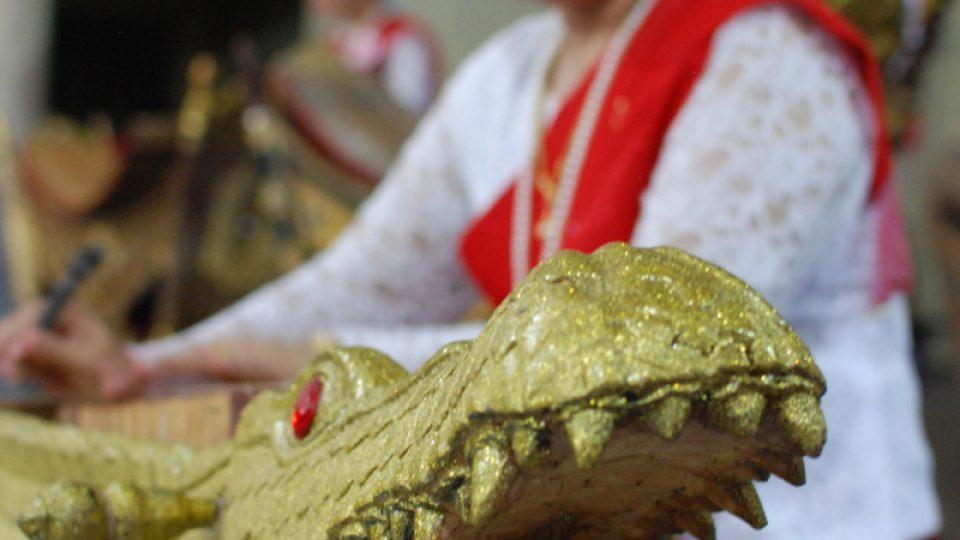 Krokodýlí sitár vypadá jako velký zlatý krokodýl s otevřenou tlamou plnou zubů
