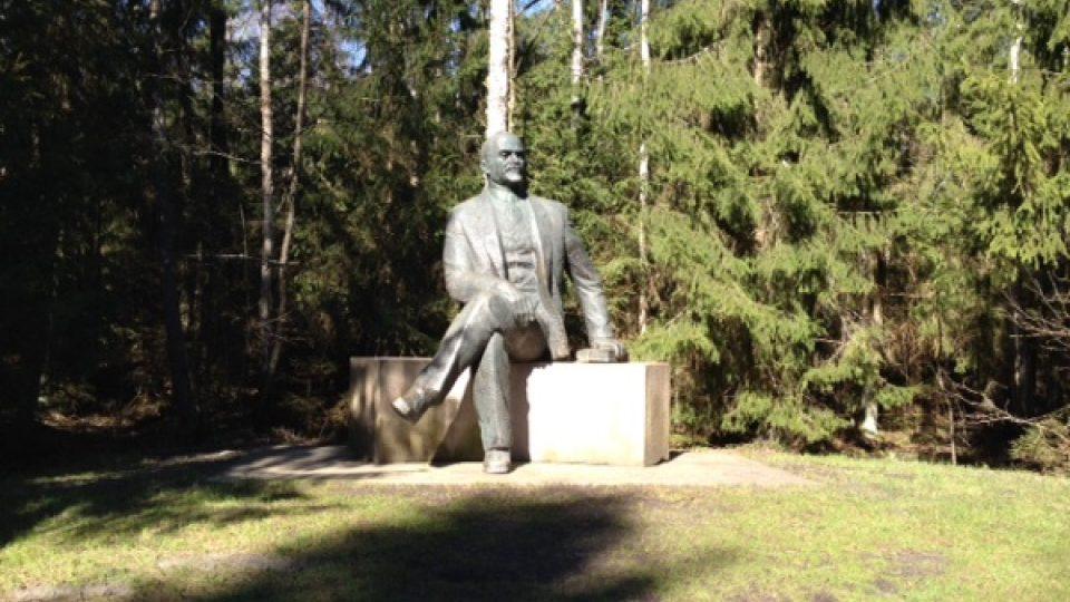 Ve stínu stromů se Leninovi sedí určitě lépe než na vyprahlých náměstích litevských měst