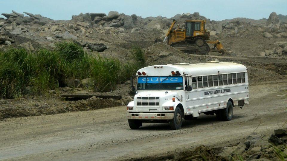 Americké autobusy vozí i dělníky uvnitř stavby nových zdymadel