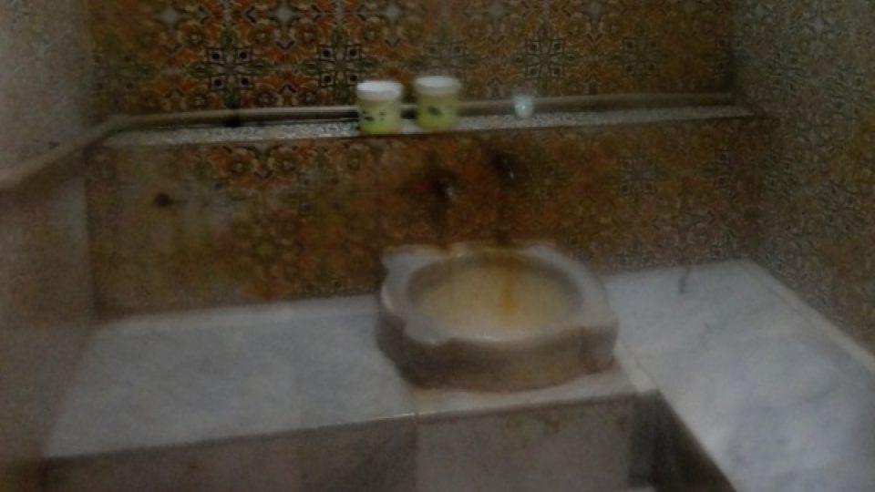 Malé koupelny jsou vybavené starými kamennými umyvadly