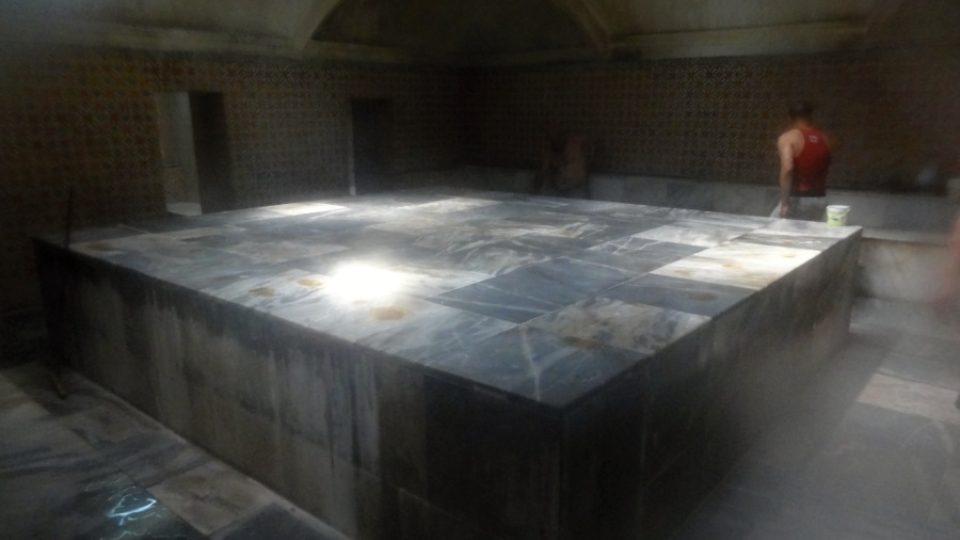 Uprostřed hlavní lázeňské místnosti je veliká rozpálená plotna na rozehřívání kostí. Nad ní se klene kupole se světlíky
