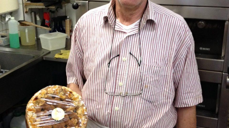 Cukrář Fritz Rath hrdě ukazuje linecký koláč vlastní výroby