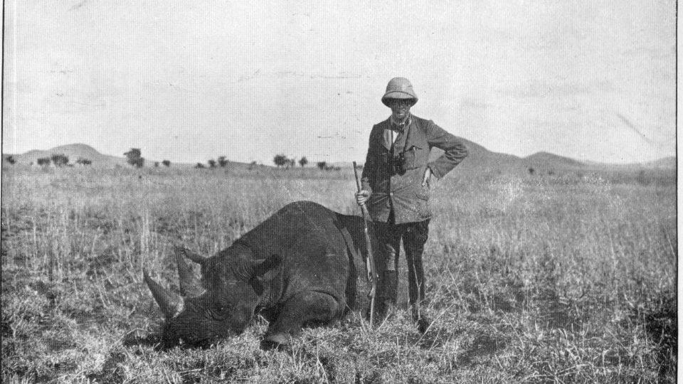 Lovec Churchill. S nosorožcem bílým během safari v roce 1907