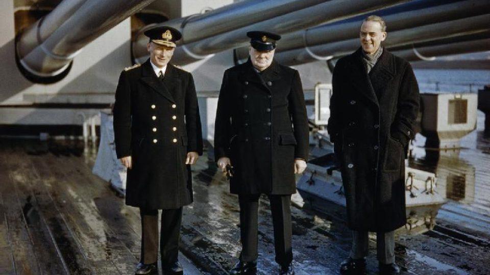 Winston Churchill se sirem Staffordem Crippsem a admirálem Johnem Toveyem ve 40. letech. Jeden z řídkých barevných snímků W. S. Ch.