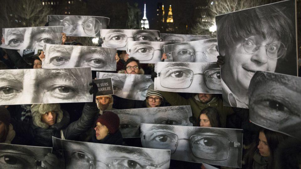 Útok na týdeník Charlie Hebdo zvedl vlnu solidarity v celém světě. Snímek je z New Yorku
