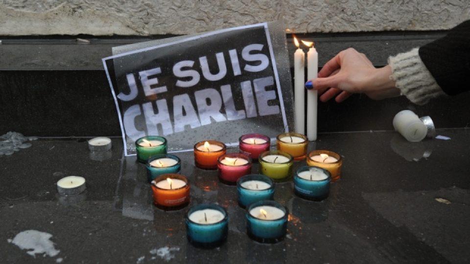 Na pařížském náměstí Republiky si lidé ve čtvrtek 8. ledna v poledne připomněli památku obětí středečního teroristického útoku na redakci satirického časopisu Charlie Hebdo