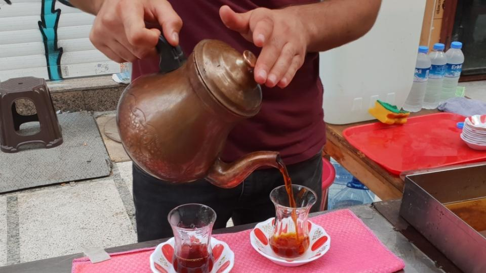 Sklo je pro turecký čaj důležité. Každý si řekne, jak chce čaj silný a ve skle si podle barvy může zkontrolovat, jestli je to správně.