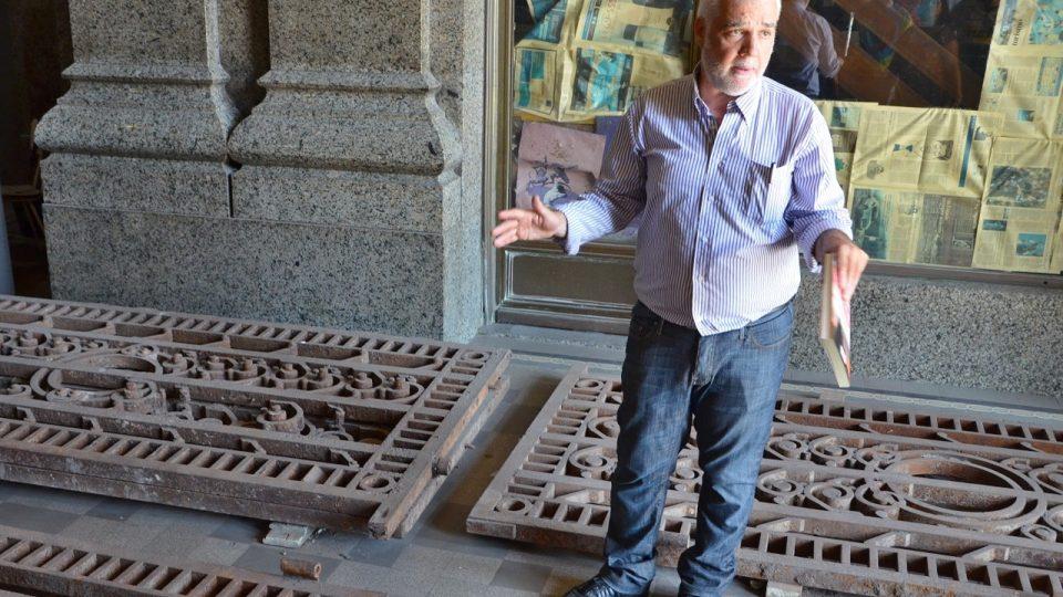 Daniel Elissalde stojí mezi těžkými mřížemi původních vrat, které by se měly vrátit na své místo
