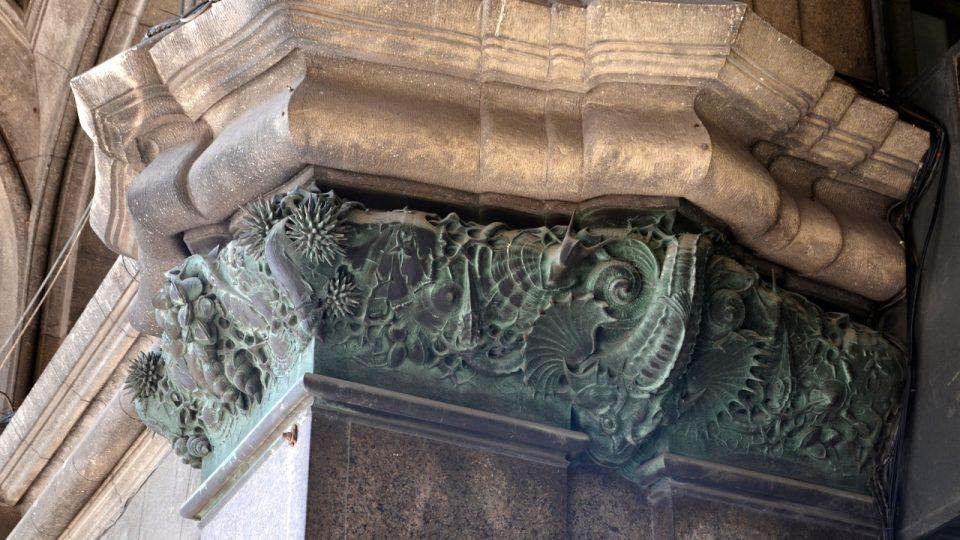 Fasáda v podloubí je bohatě zdobena - třeba bronzovými reliéfy s mořskými potvorami