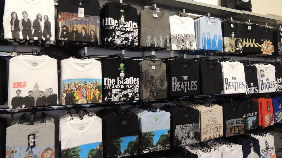 Suvenýry v interaktivním muzeu Beatles Story v anglickém Liverpoolu