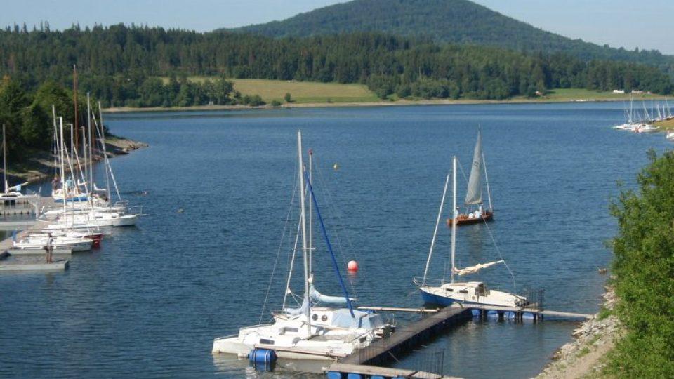 Velkým lákadlem hlavní sezóny je možnost vyhlídkových plaveb po přehradě