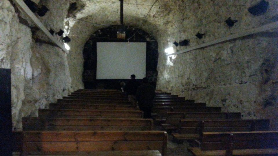 Malý kinosál v železničním tunelu