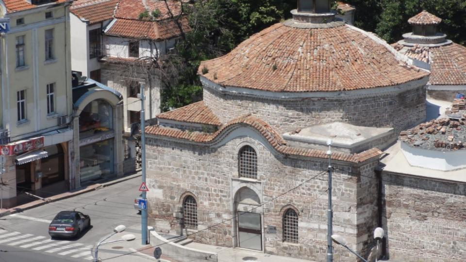 Z osmanských dob jsou také typické turecké lázně Čifte hamam