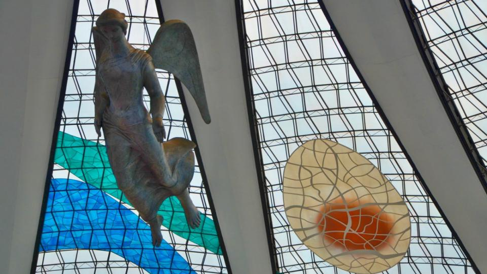 Architekt Oscar Niemeyer byl komunista. Postavil ale v Brazílii mnoho kostelů. Katedrála v Brasílii je jen jedním z nich